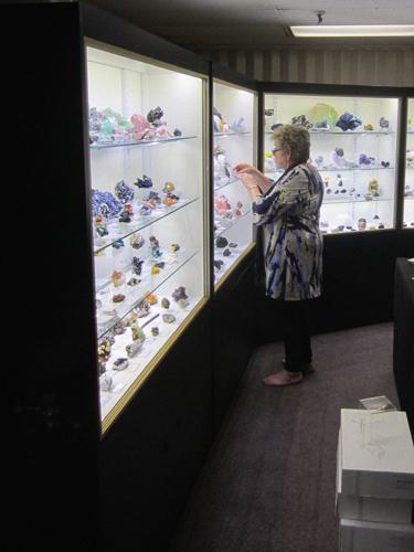 Dona Leicht of Kristalle displaying minerals
